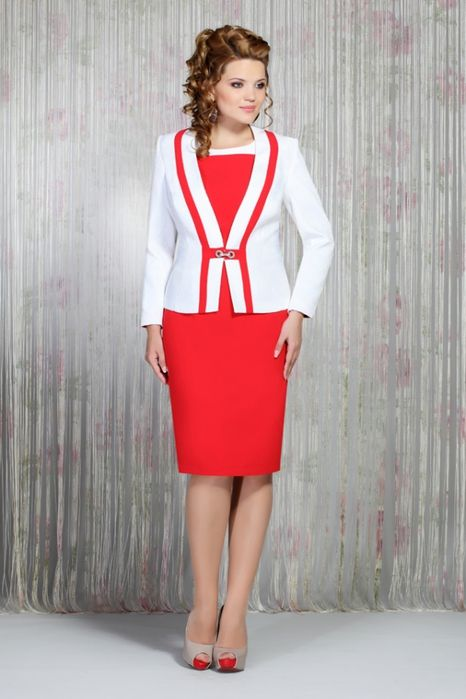 vestido rojo y sudadera roja