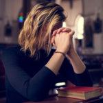 mujer orando
