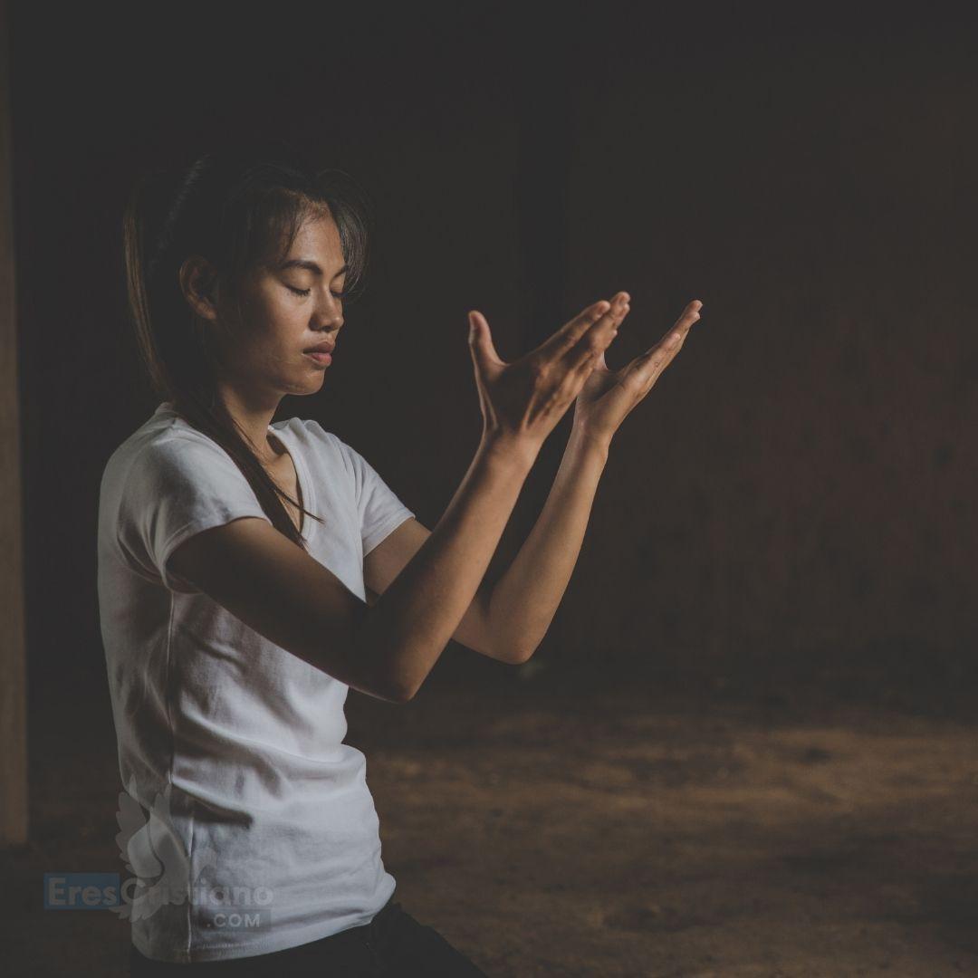 joven con las manos orando