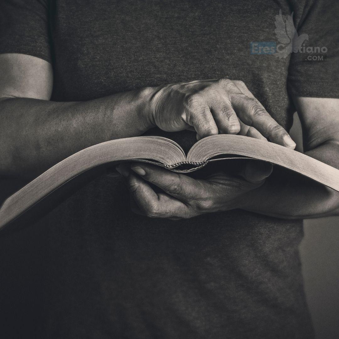 imagen de hombre con biblia
