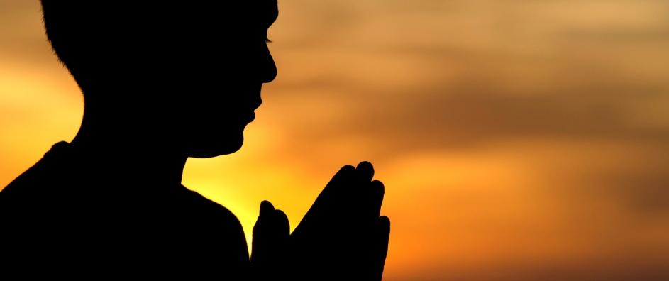 orando en el atardecer