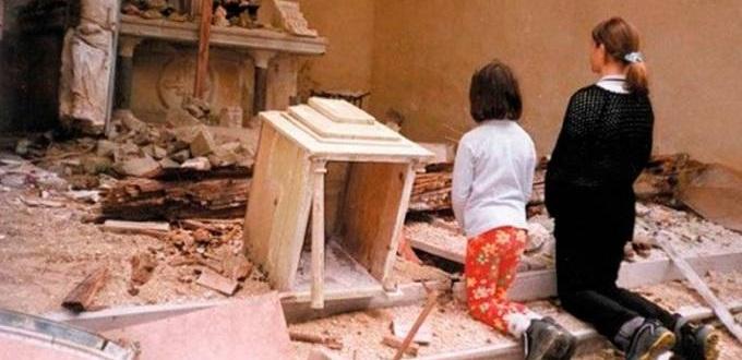 niños orando en escombros