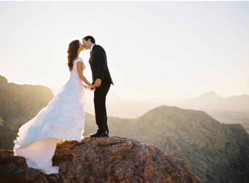 recién casado besándose