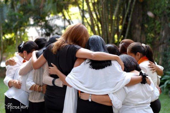 Mujeres orando