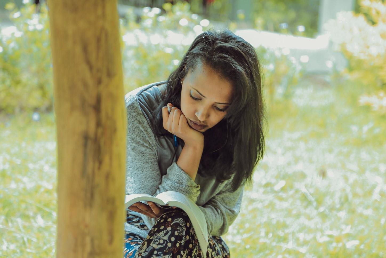 en soledad leyendo