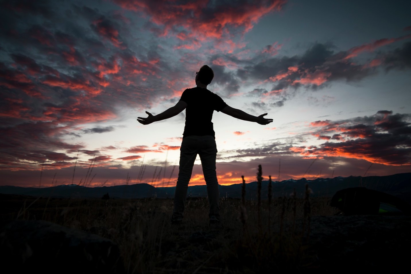 orando al atardecer