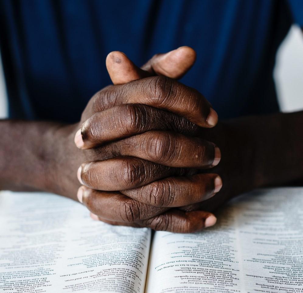 orando con la biblia