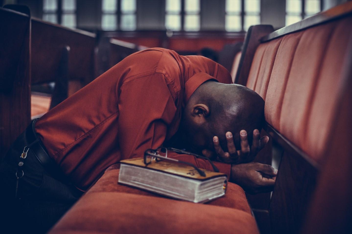 orando en las bancas de la iglesia