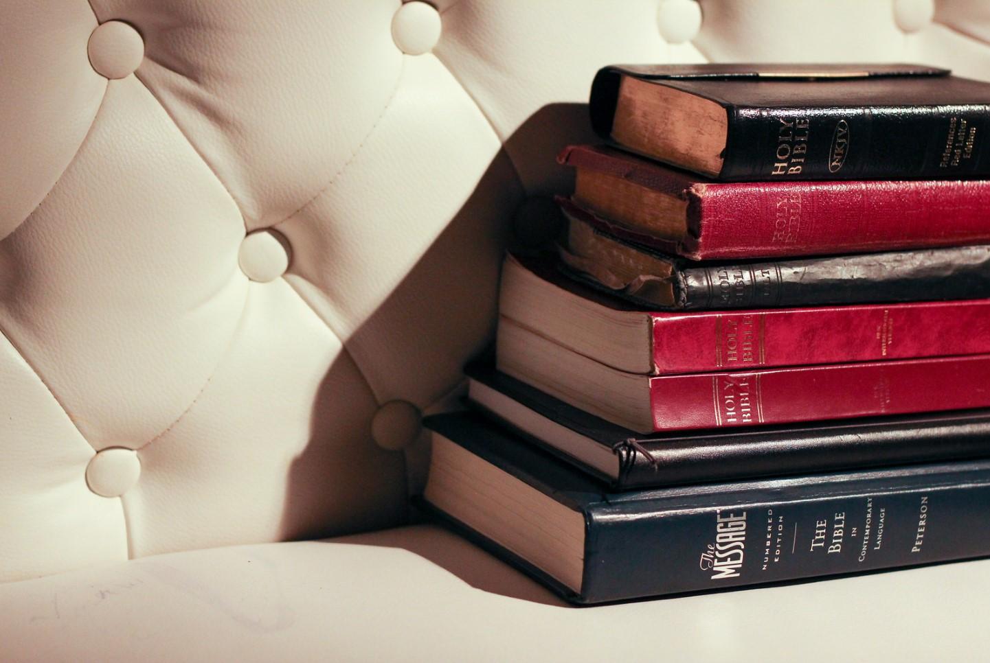 libros en sillón