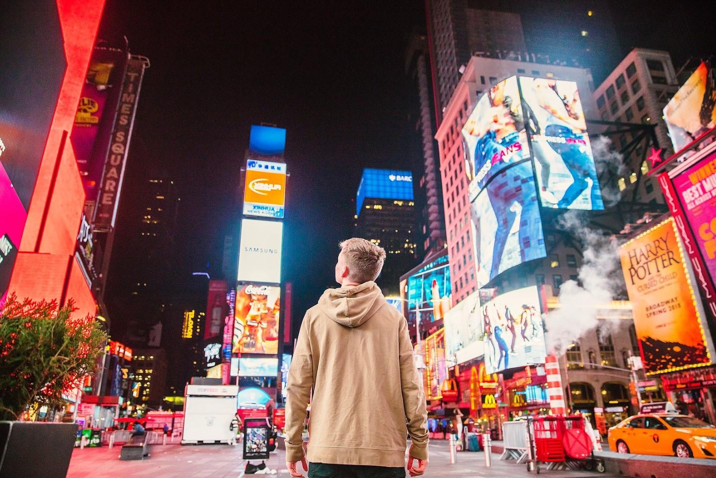 hombre viendo anuncios