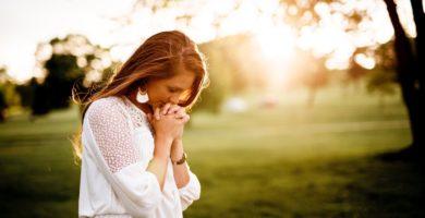 Mujer en oración