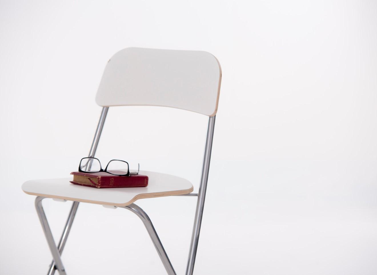 Biblia y silla