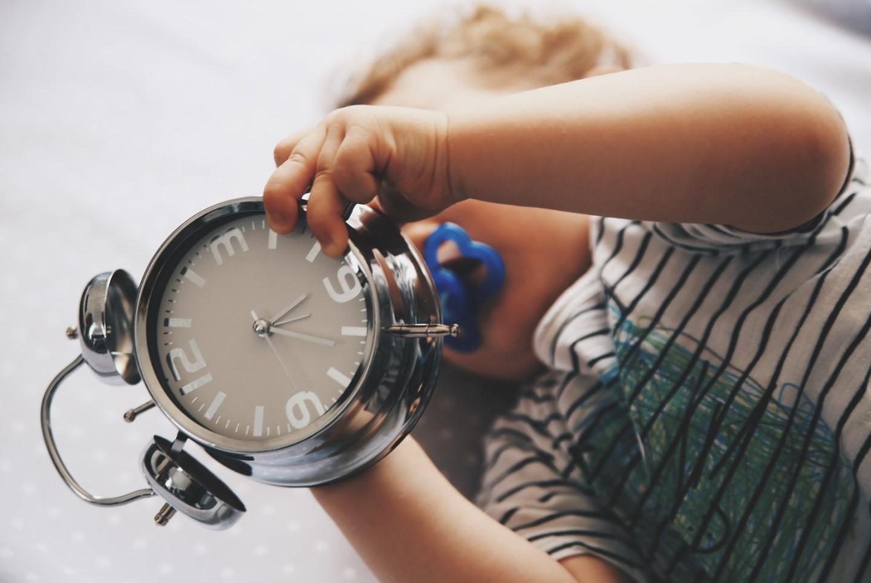 bebé con reloj en las manos