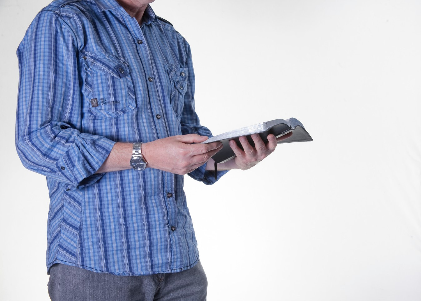 sujetando la biblia