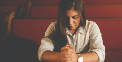 orando a solas con Dios