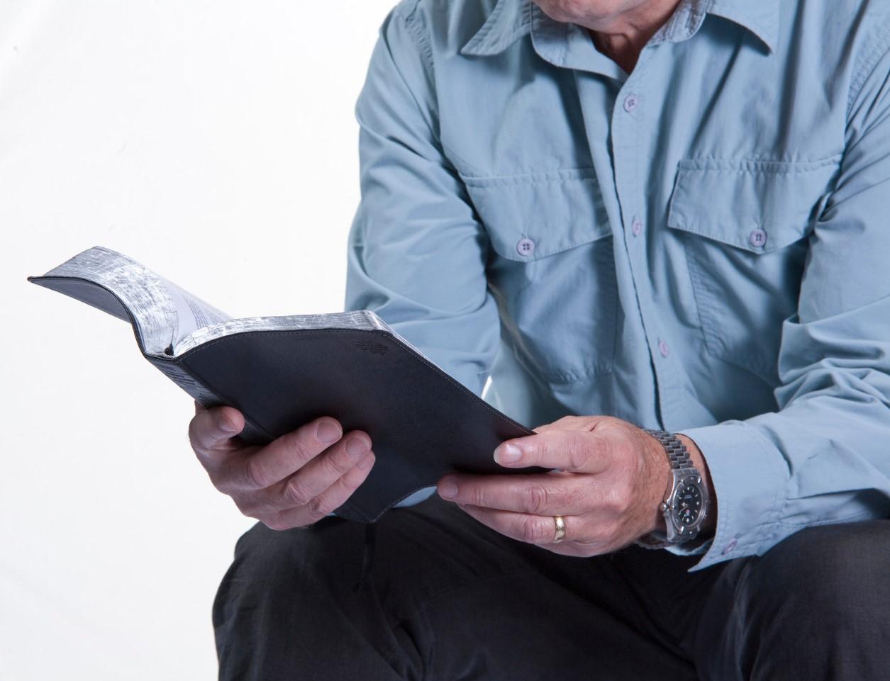 hombre leyendo su biblia