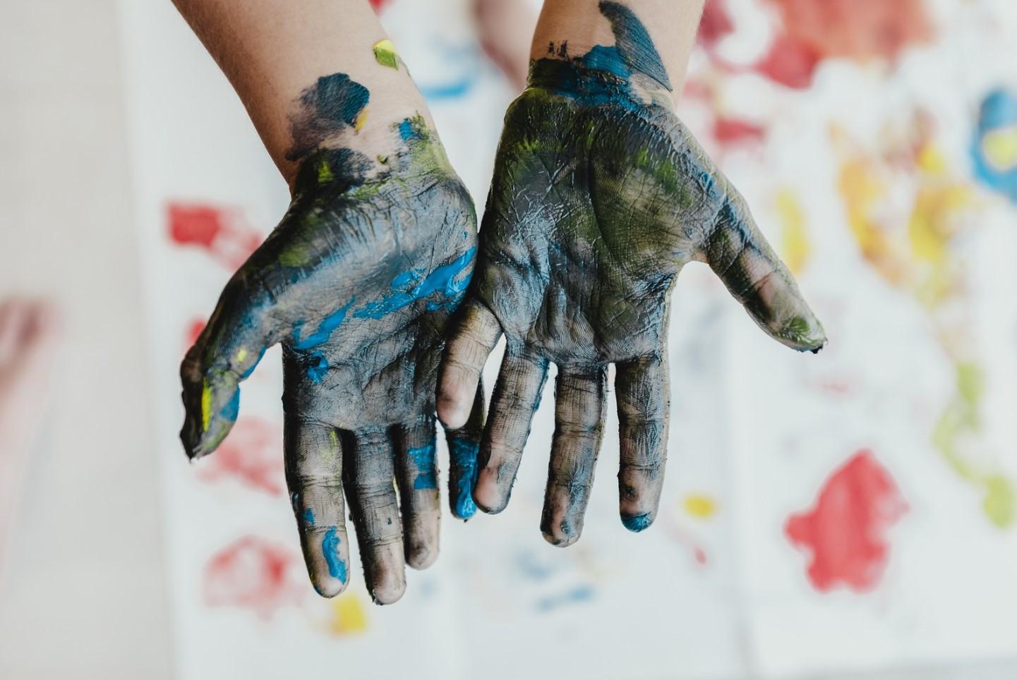 manos de niño con pintura