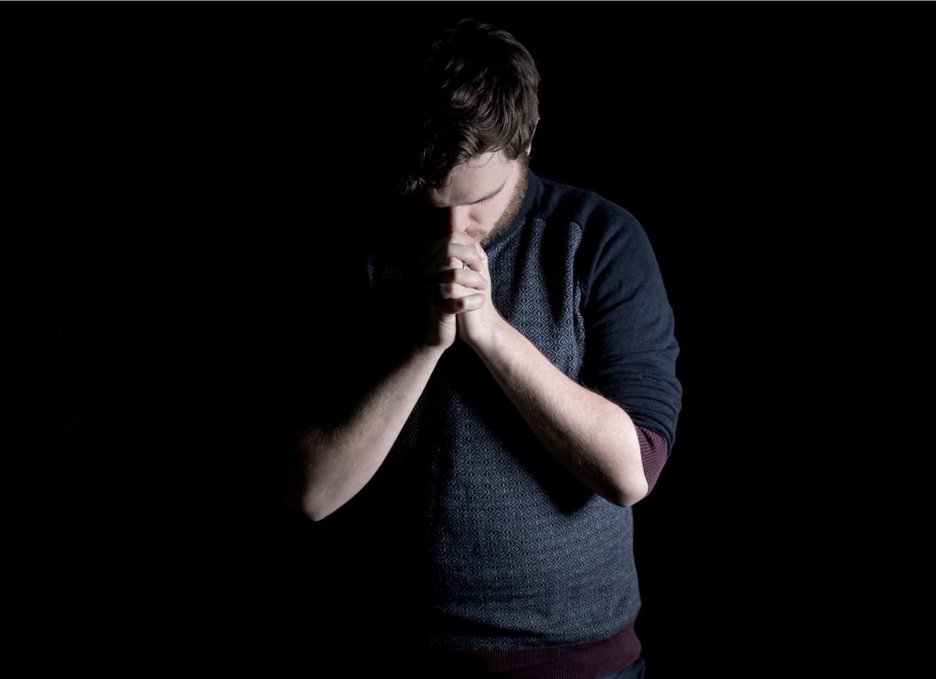 orando en el aposento