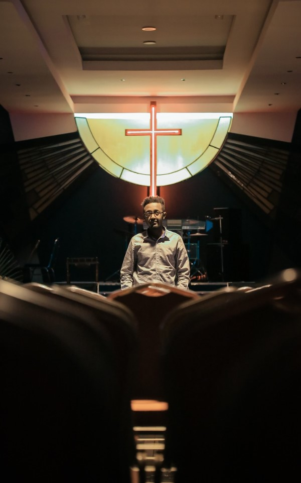 pastor en iglesia