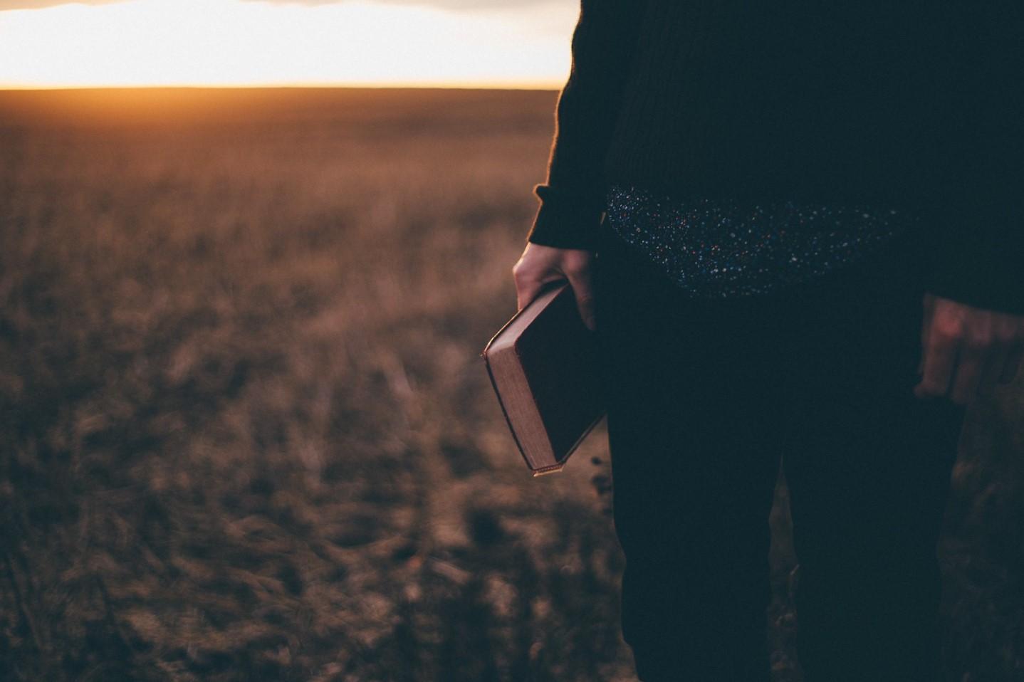 mujer toma la biblia en sus manos