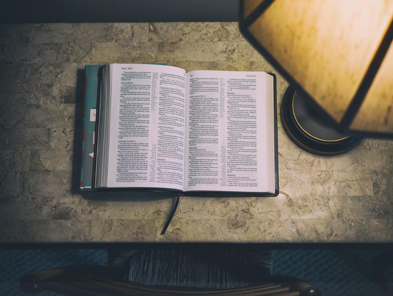 la biblia por la noche