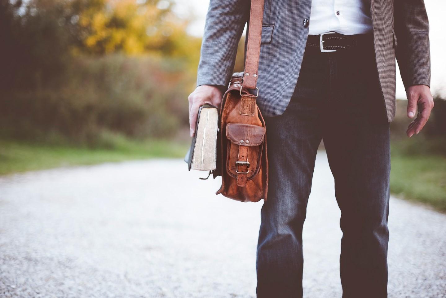 caminando con la biblia
