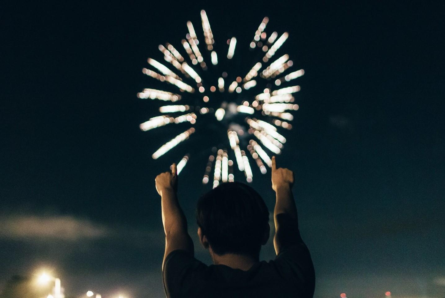 levantando las manos en la noche