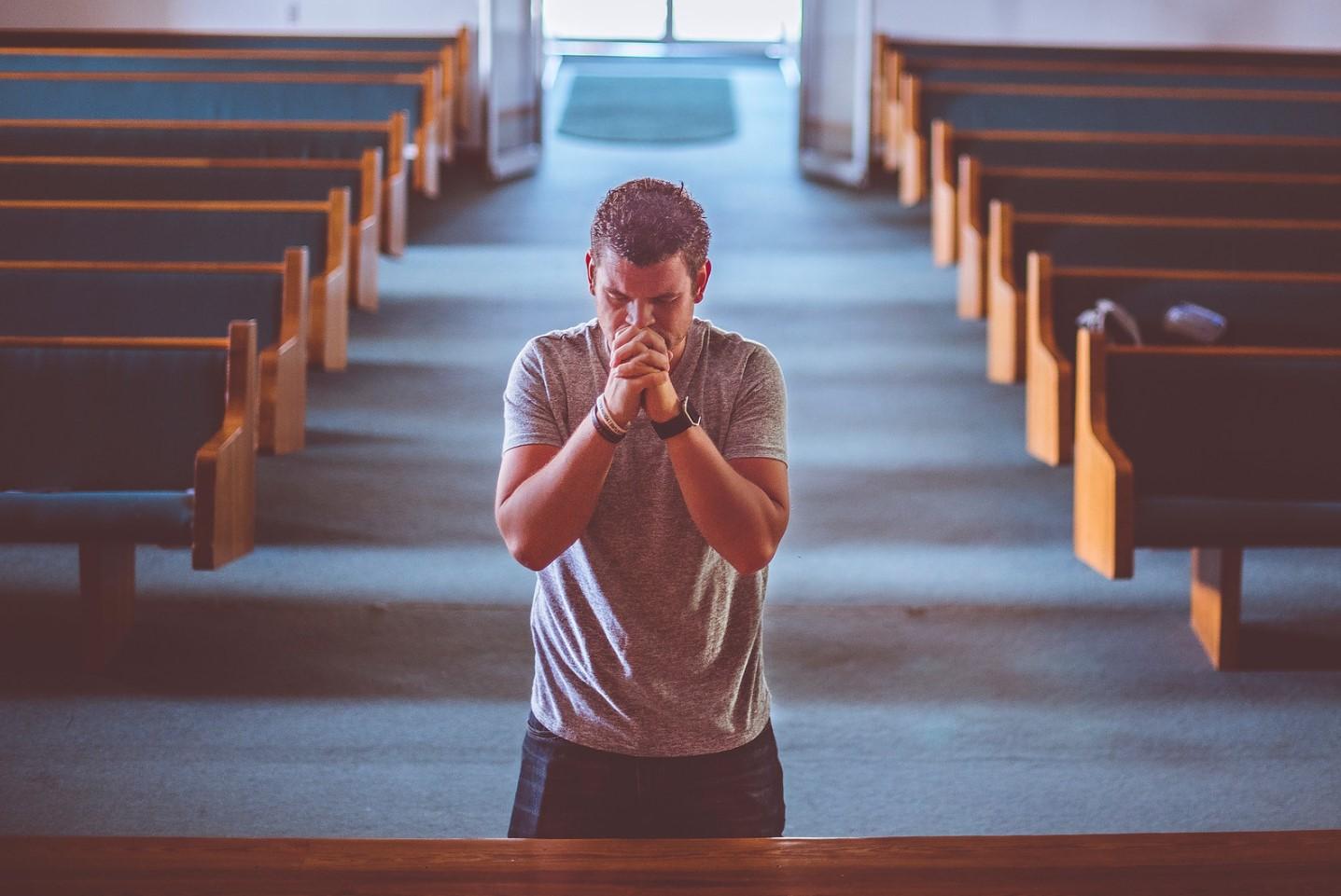 orando en el altar