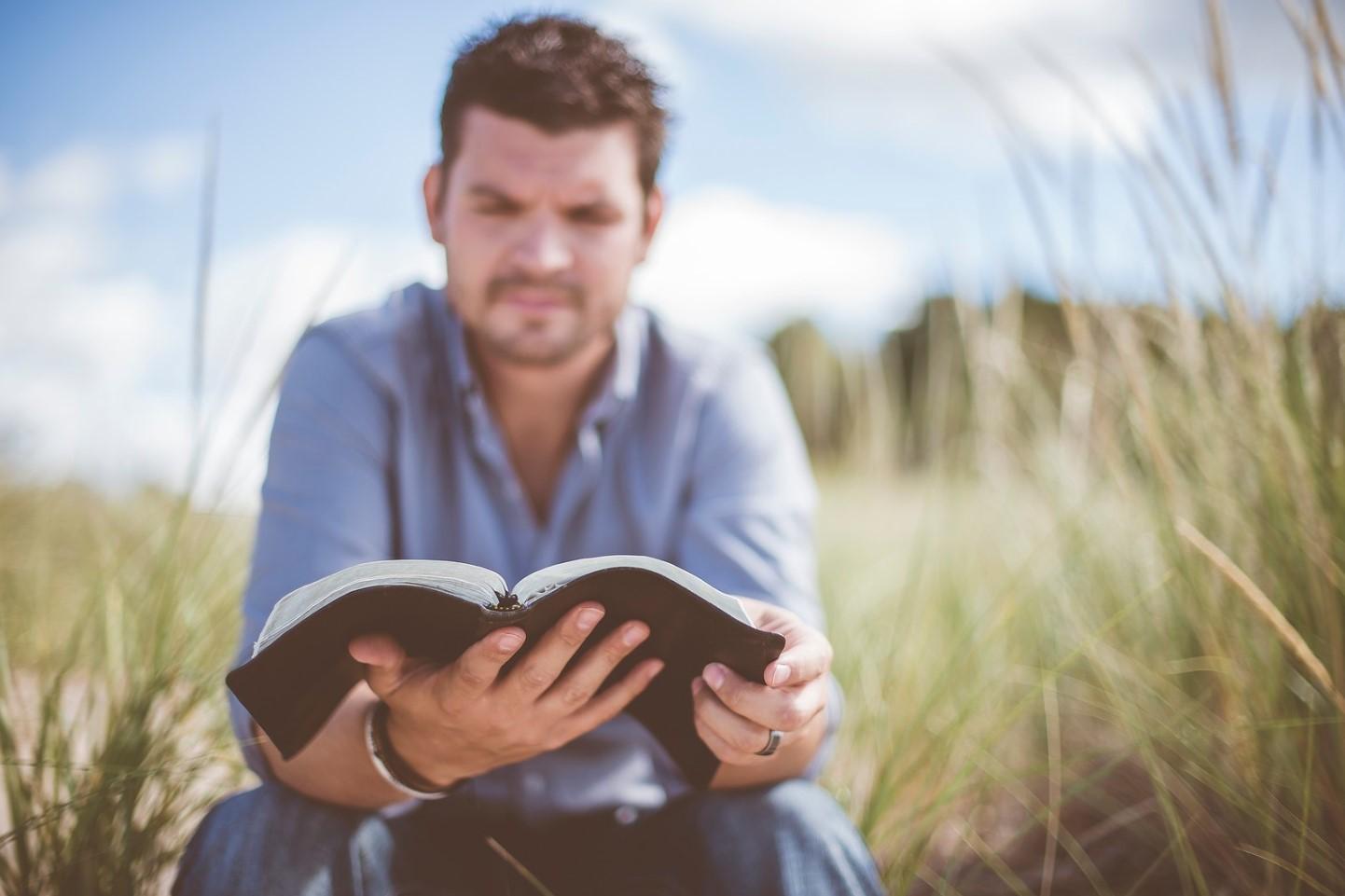 Biblia en horas de estudio