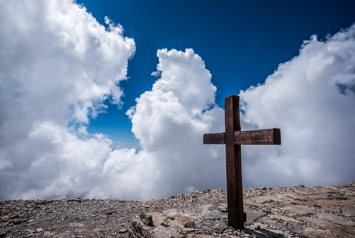 cruz sobre roca