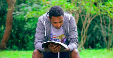 Hombre lee Las Sagradas Escrituras
