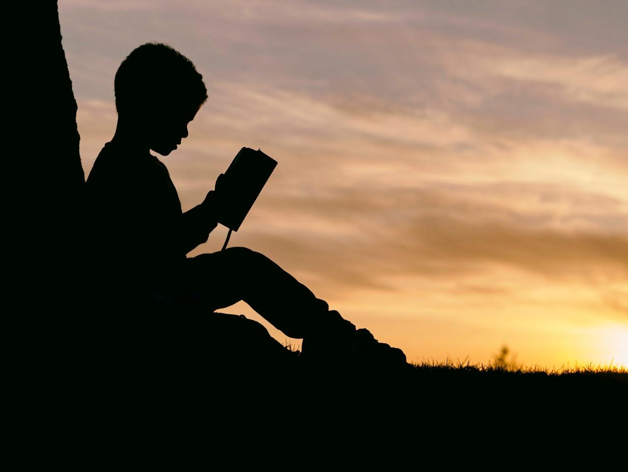 niño solo estudiando