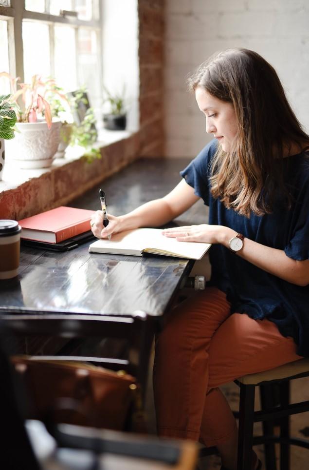 sentada escribiendo