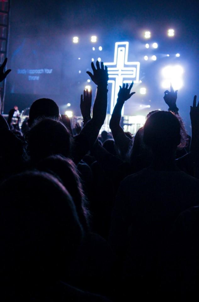 levantando manos en concierto