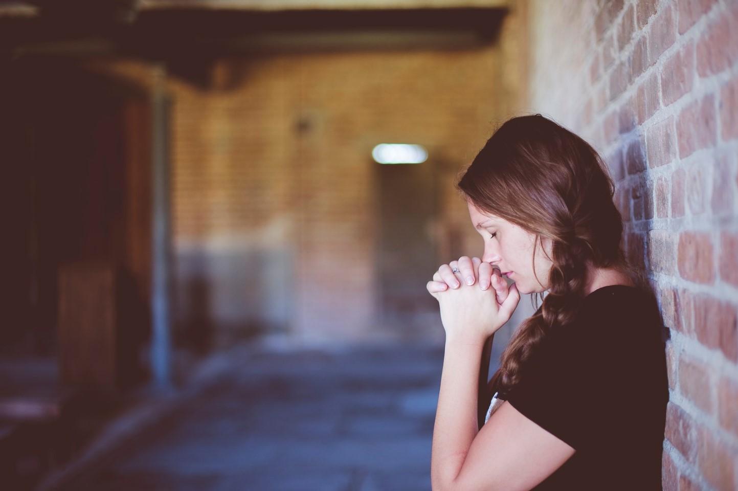 jóvenes en oración