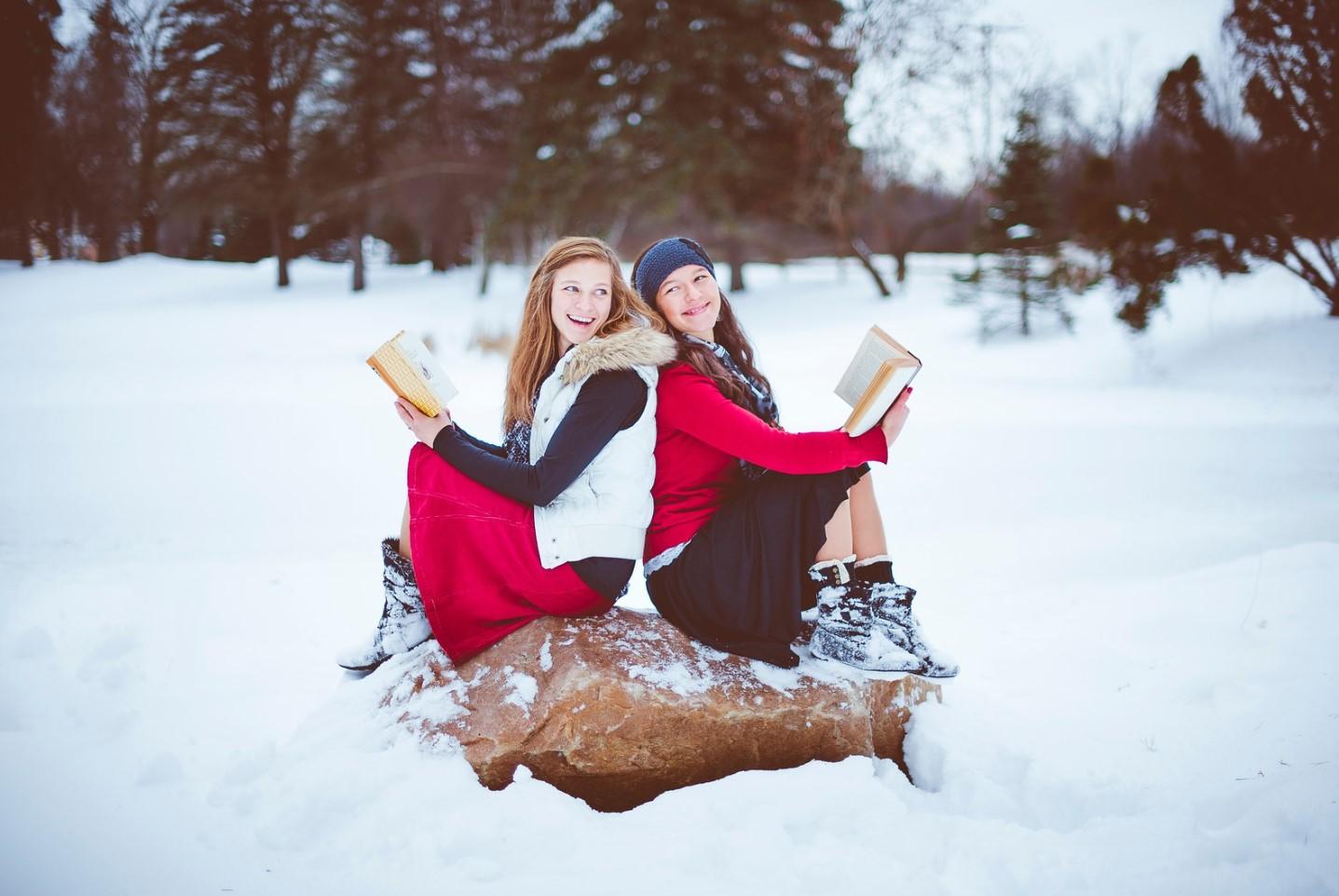 dos mujeres leen biblia