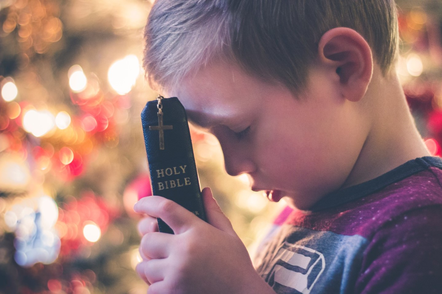 con la biblia en el restro