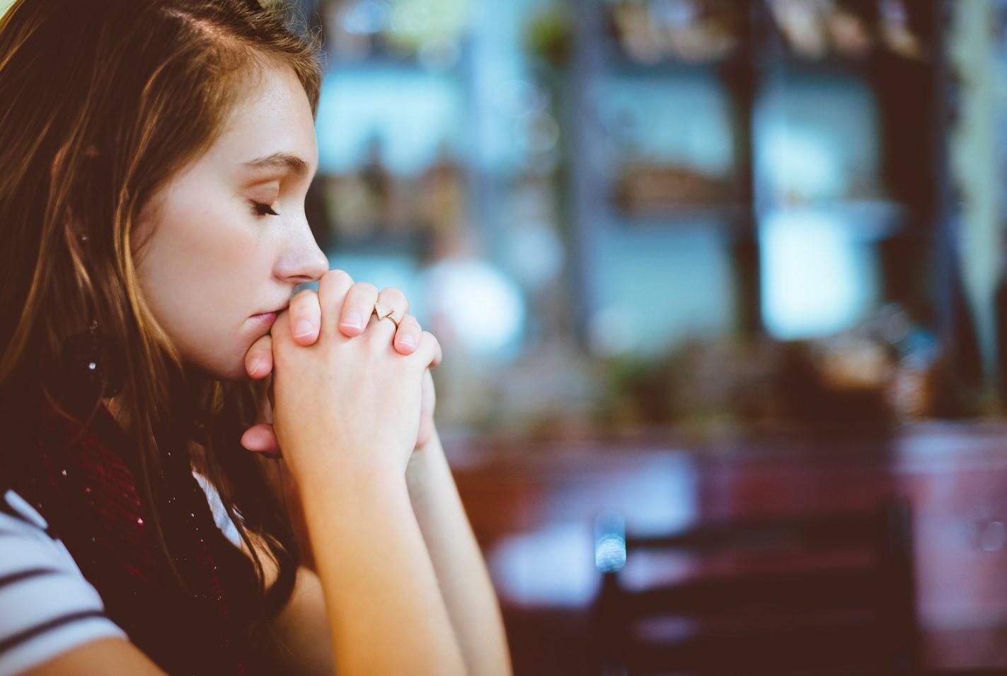 joven orando a Dios