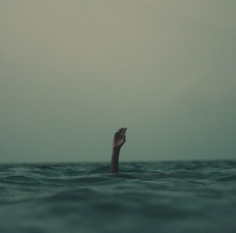 mano pidiendo ayuda para no ahogarse