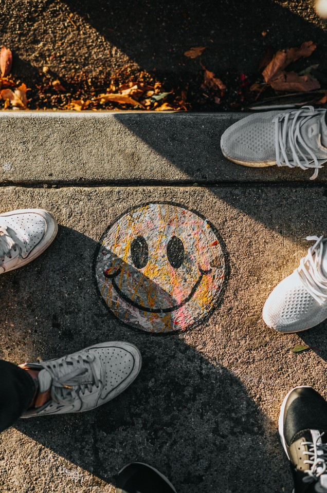 rostro de emoji pintada en el suelo