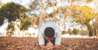 hombre orando a Dios humillado