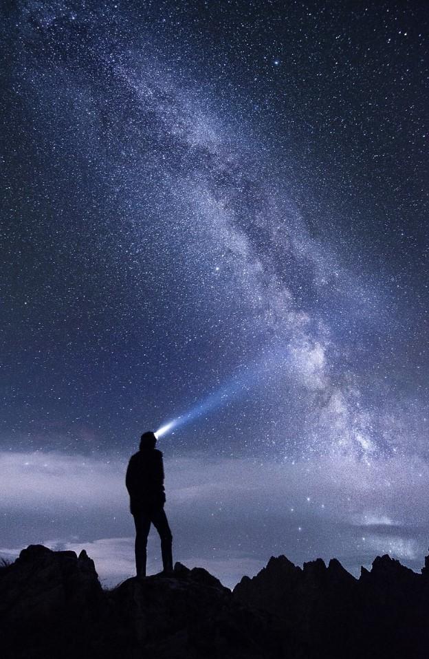 viendo hacia el espacio