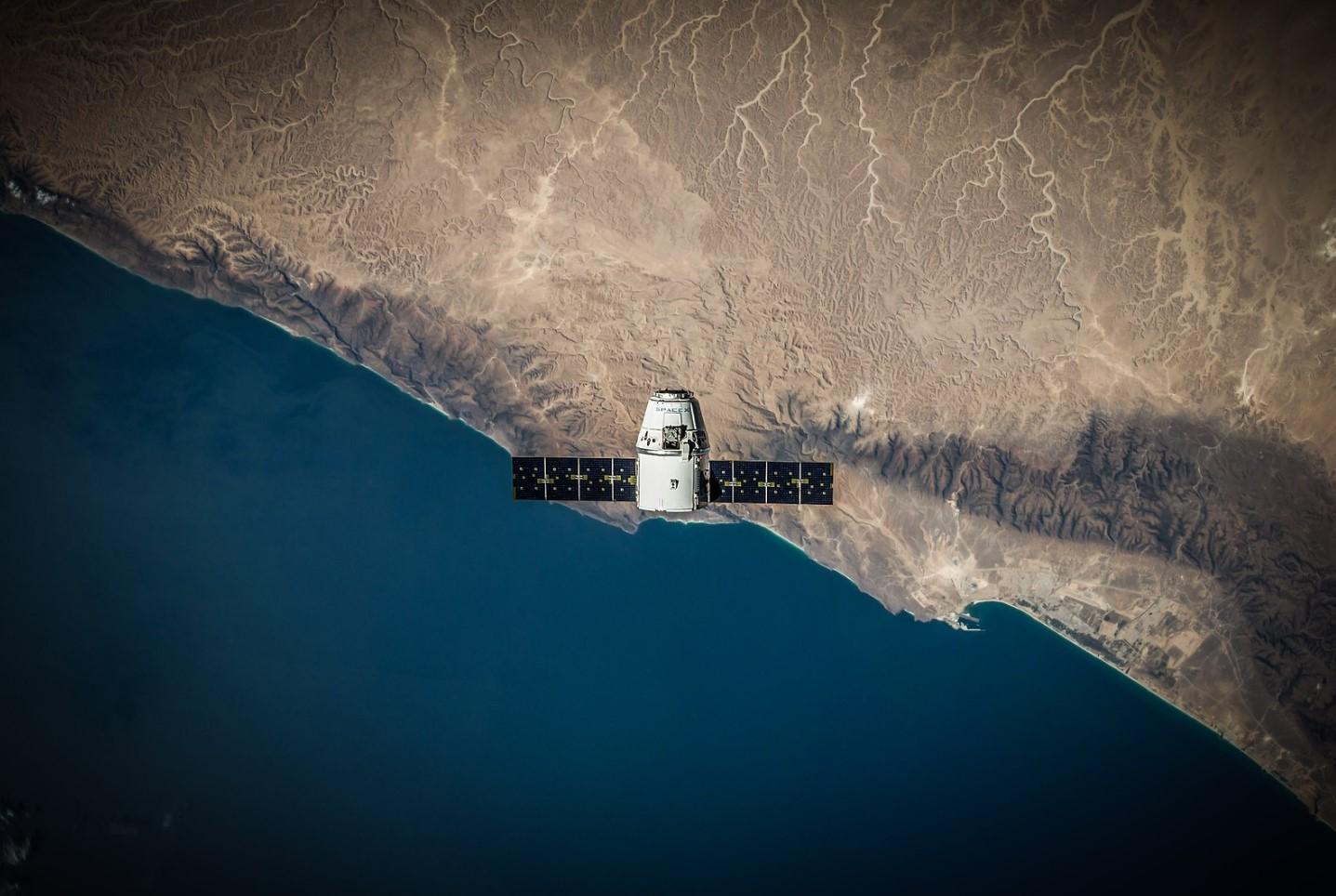 satélite volando