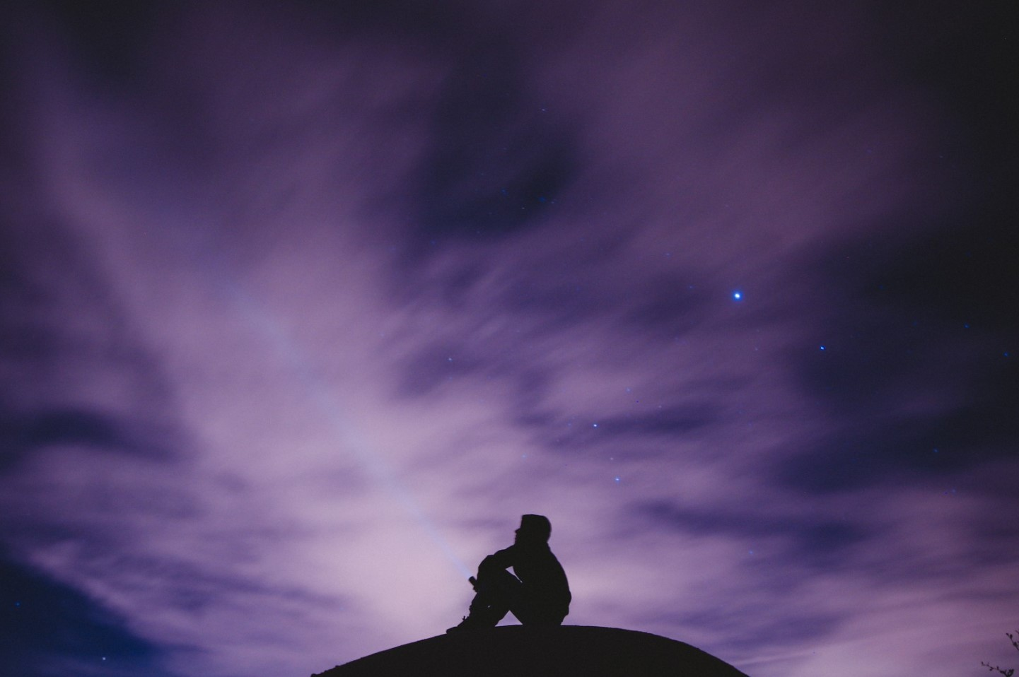 hombre ve el cielo en la noche