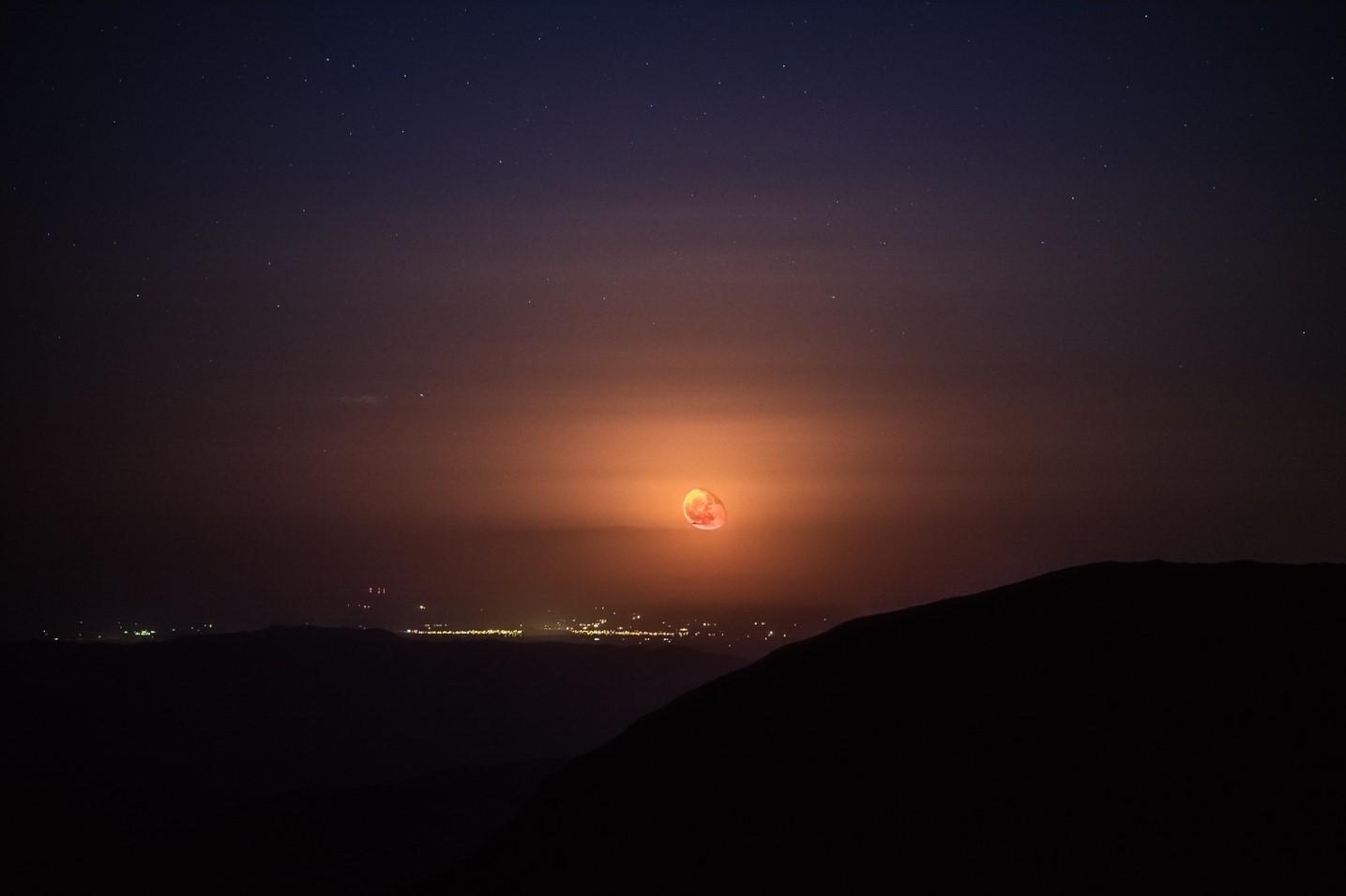 luna roja en la ciudad