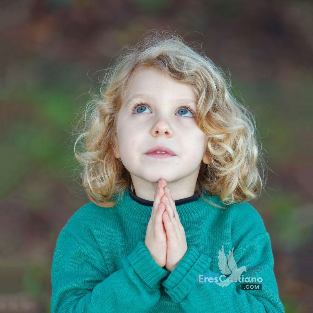 niños orando con jesus
