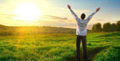 hombre levantando las manos