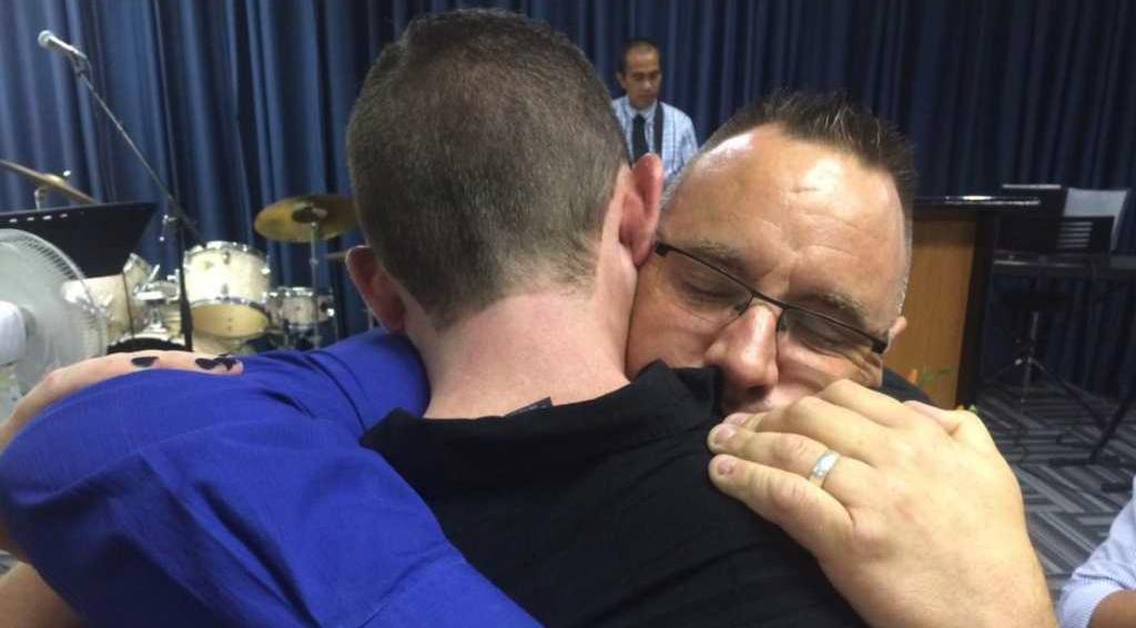 abrazando al pastor